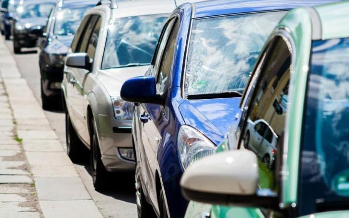 Ban cars from idling near schools, says UK public health agency